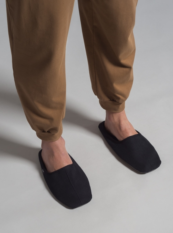 Minimal home slippers (black) made in Portugal by wetheknot